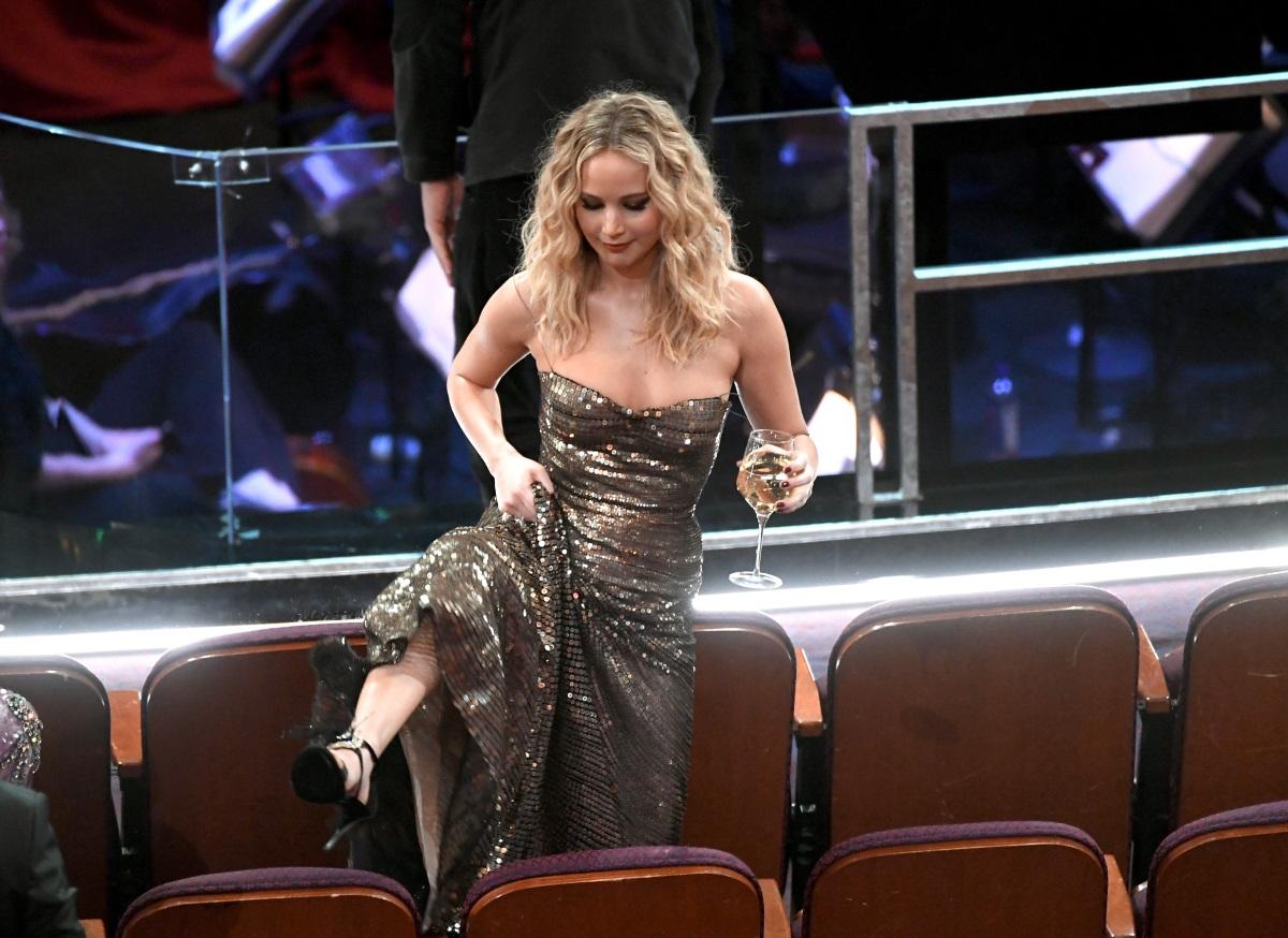"""На """"Оскар""""-ите тази година Дженифър Лорънс имаше моменти, в които изглеждаше като подпийнала тийнейджърка след парти в 5 ч. сутринта."""