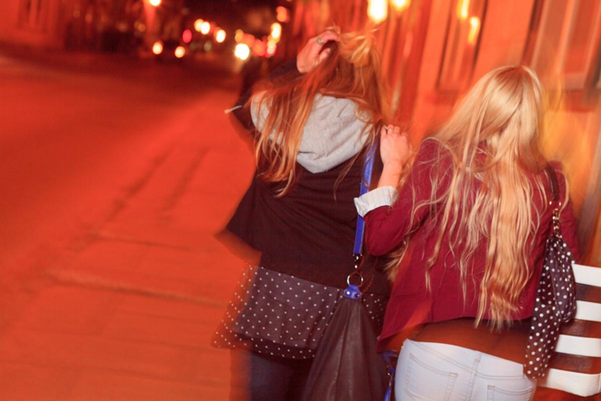 В никакъв случай, никога и при никакви обстоятелства НЕ ИЗОСТАВЯЙТЕ приятелка, която е прекалила с алкохола.