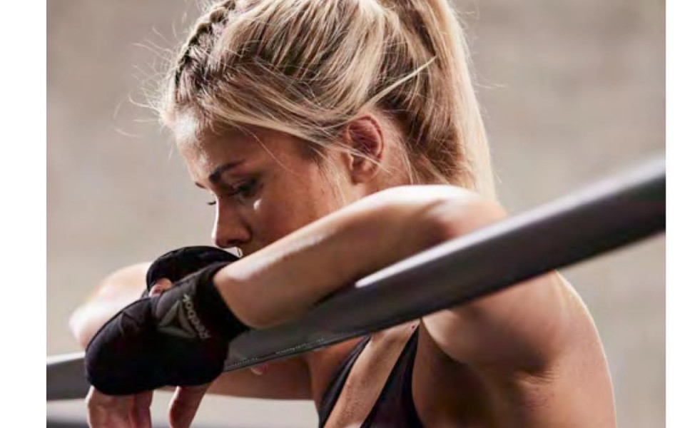 Красавицата от UFC, която задуши войник до безсъзнание