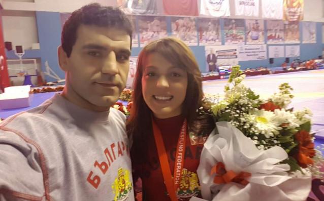 Мими Христова със старши треньора Петър Касабов източник: bul-wrestling.org