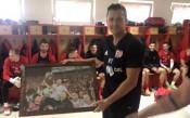 ЦСКА поздрави Янев за рождения му ден, Чорбаджийски му връчи подарък