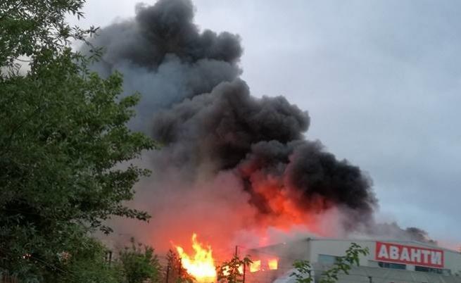 Голям пожар в София близо до болница