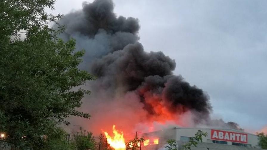 Голям пожар в София, евакуирани пациенти, има двама пострадали