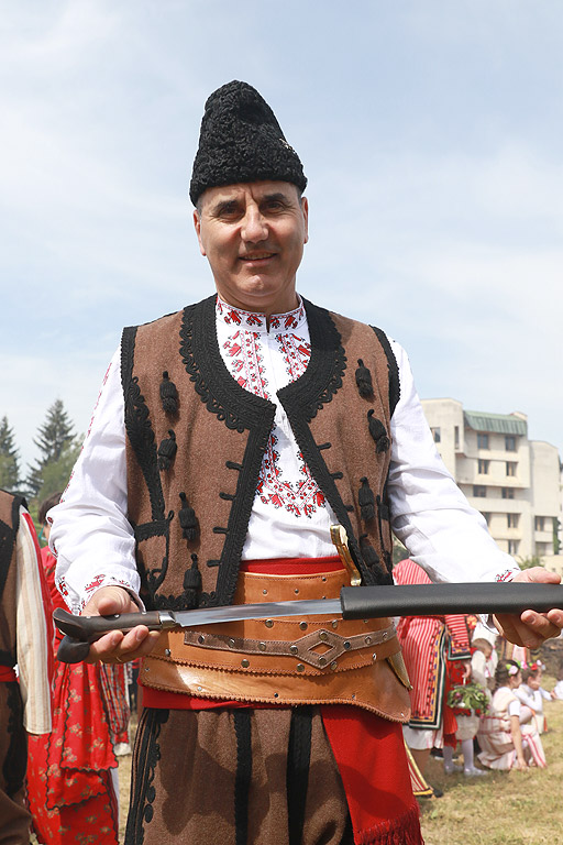 150 чевермета се въртят от нощта в Златоград за празника на града. Майстори от сърцето на Родопите от полунощ се грижат за жаравата, а агнетата се пекат от ранните часове. Продукцията е местна, а за празника се очаква да дойдат хора от цялата страна. Около парка в града се тълпят хора в народни носии, защото това е дрескодът. На събитието присъстват председателят на ПГ на ГЕРБ Цветан Цветанов и председателят на НС Цвета Караянчева.