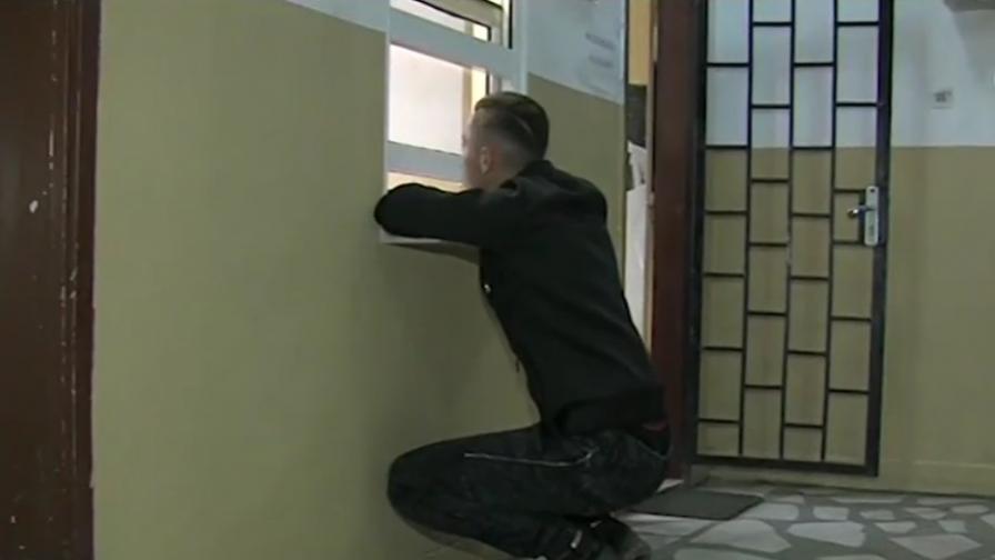 Унижение в КАТ, карат хората да коленичат пред гишето