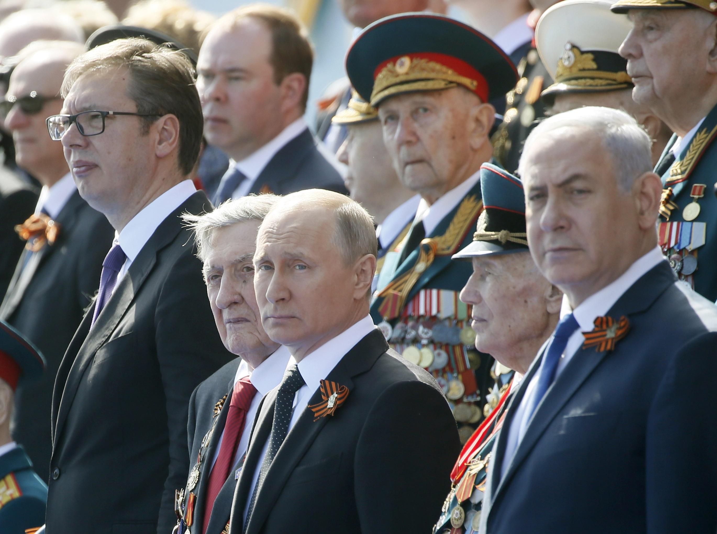 Президентът на Сърбия Александър Вучич, руският му колега Владимир Путин и премиера на Израел Бенямин Нетаняху наблюдават парада на Червения площад в Москва.