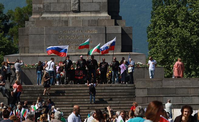 Безсмъртният полк шества в България: Социалисти се биха с атакисти