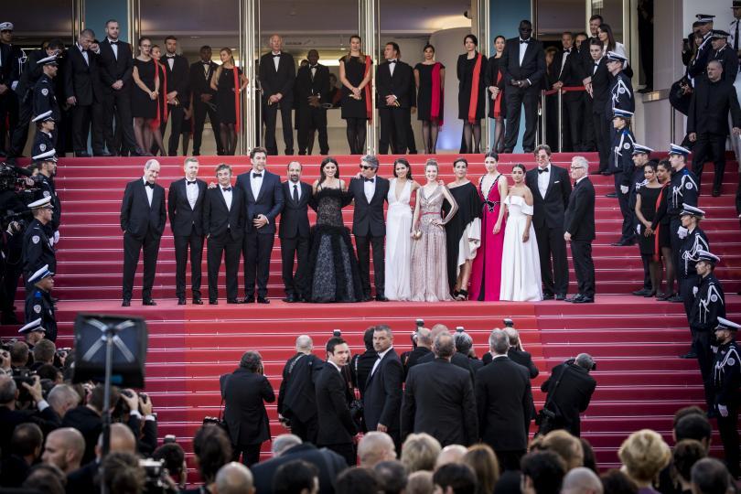 <p>Американският кинорежисьор&nbsp;<strong>Мартин Скорсезе</strong>&nbsp;и австралийската актриса&nbsp;<strong>Кейт Бланшет</strong>, която е тазгодишният председател на&nbsp;<strong>журито</strong>, откриха 71-ия фестивал в&nbsp;<strong>Кан</strong>. По червения килим минаха редици звездите от киното и много красиви жени с ефектни тоалети.</p>