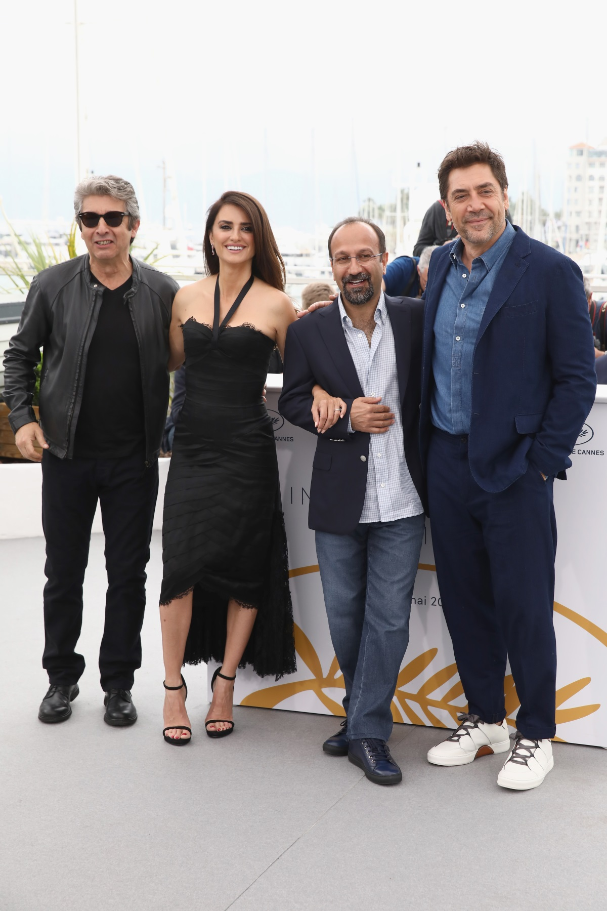 Пенелопе Крус и Хавиер Бардем на червения килим в Кан, заедно с актьора Рикардо Дарин и режисьора Асгар Фархади