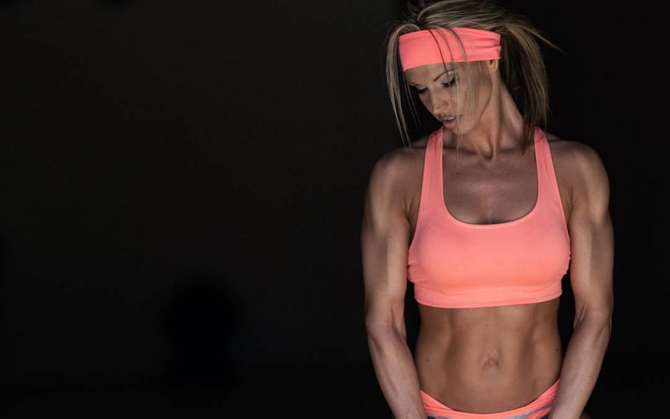 Шампионка по бикини-фитнес доминира на подиума