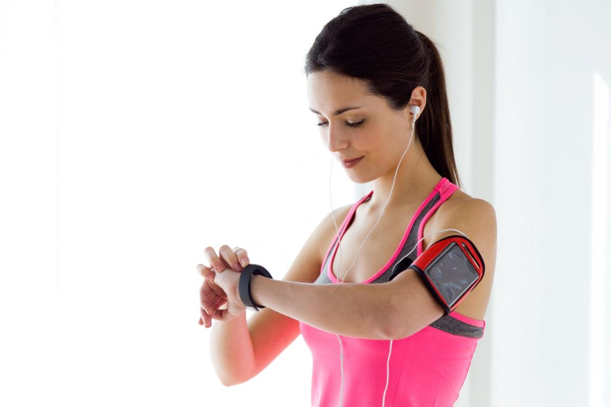 Спортен часовник - спортният часовник и всеки друг с опции за мерене на крачки, пулс, горене на калории и пр. говори за човек, който е много активен в ежедневието си. Спортна натура, със спортен хъс, роден победител и не на последно място – загрижен за здравето си. Такива хора уважават телата и себе си, но най-хубавото е, че това се проектира и върху отношението им върху околните. Комуникативни, енергични, често добре изглеждащи. Палец нагоре за такива хора!