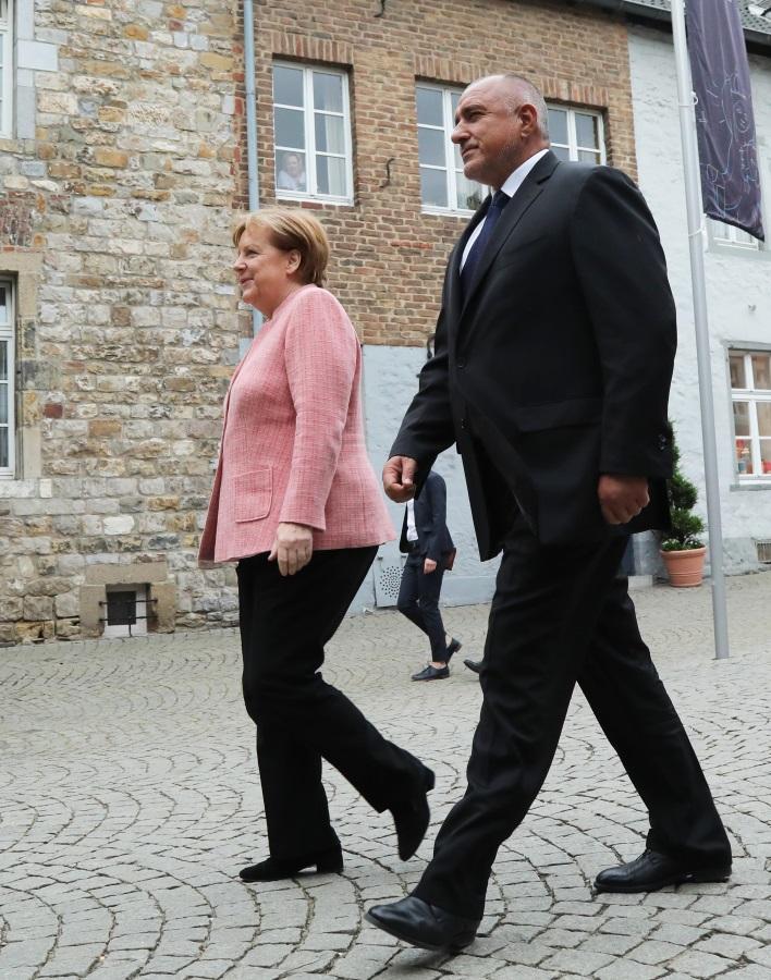 На церемонията е и германският канцлер Ангела Меркел