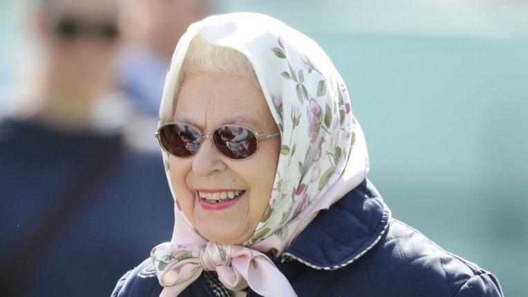 Седмица преди сватбата: Кралица Елизабет широко усмихната и много модерна