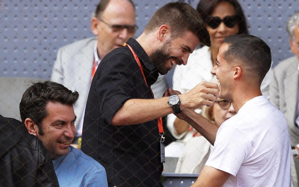 Пике в компанията на двама играчи на Реал на тенис в Мадрид