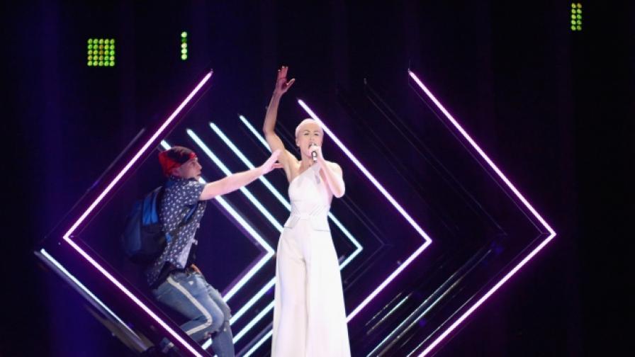 """Мъж нахлу на сцената на """"Евровизия"""""""
