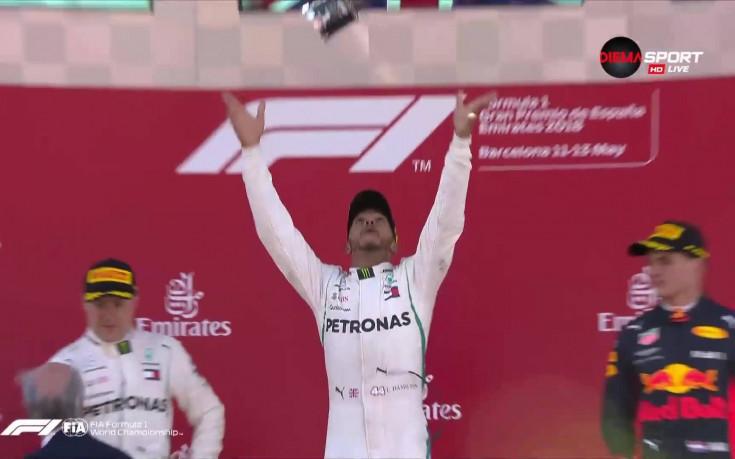 Люис Хамилтън хвърли във въздуха трофея в Барселона