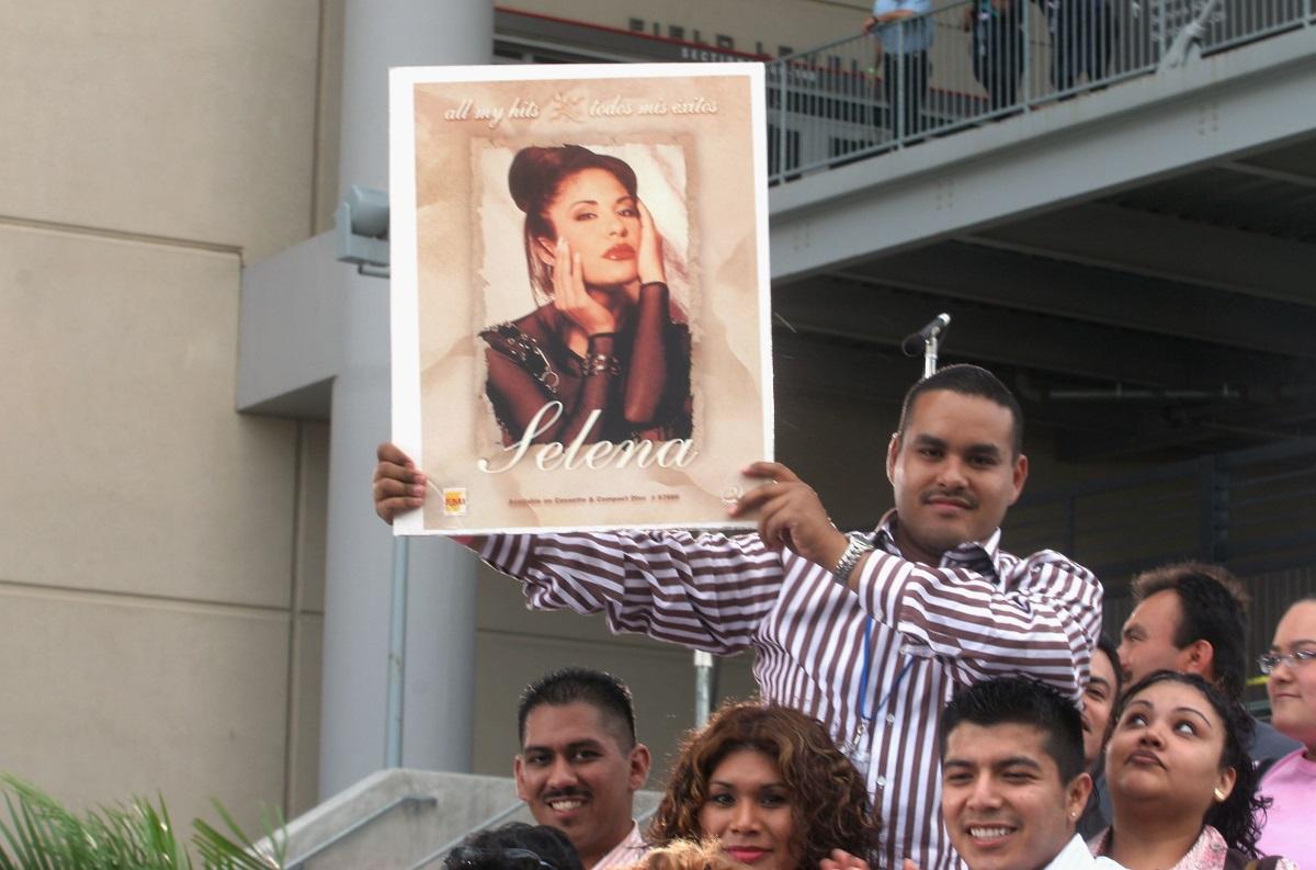 """5. Селена Куинтанила Перес - съдбата наСеленае сходна с тази на Джон Ленън и е истински знак на предупреждение за опасната връзка между знаменитости и фенове. На 31 март 1995 г. Селена, наричана""""мексиканската Мадона"""",е застреляна от председателя на фен клуба си само на23 години. За краткия си живот певицатапродава над 20 млн. копияот албумите си."""