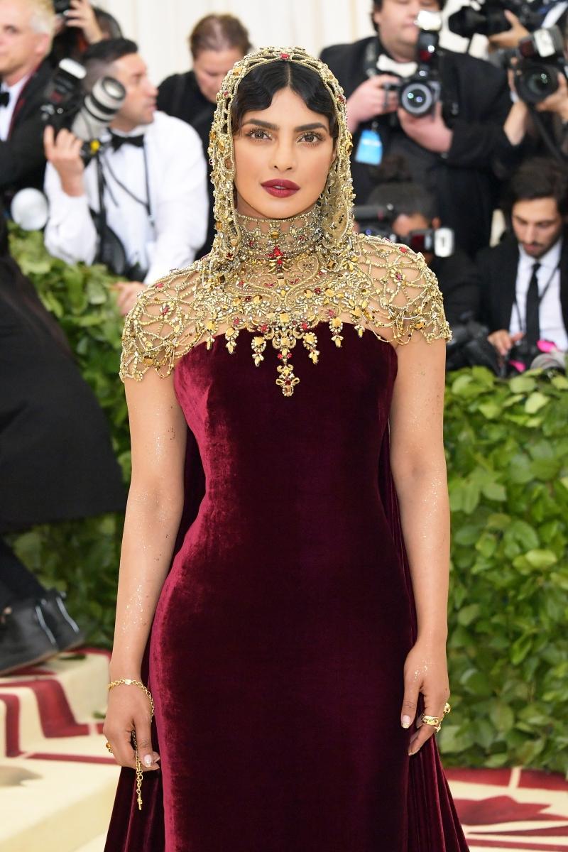 """Приянка Чопра е актриса, певица и продуцент. Пробивът към голямата сцена за нея идва, когато печели конкурса """"Мис Свят"""" през 2000 година,"""