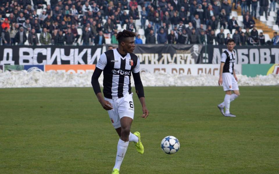 Централният защитник на Локомотив Пловдив Стивън Езе е пред трансфер