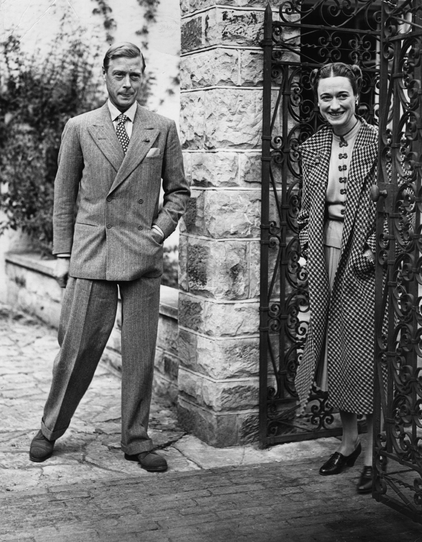 Нейната общителност и жизнерадост я срещат сЪрлСпенсър, военен летец и... първи съпруг.Двамата сключват брак през 1916 г. Двамата влюбени са щастливи, но Ърл има и друга страст - чашката. Спенсър пие много алкохол. Пилотира дори, когато и пиян. Двата се развеждат, а Уолис се омъжва за втори път.