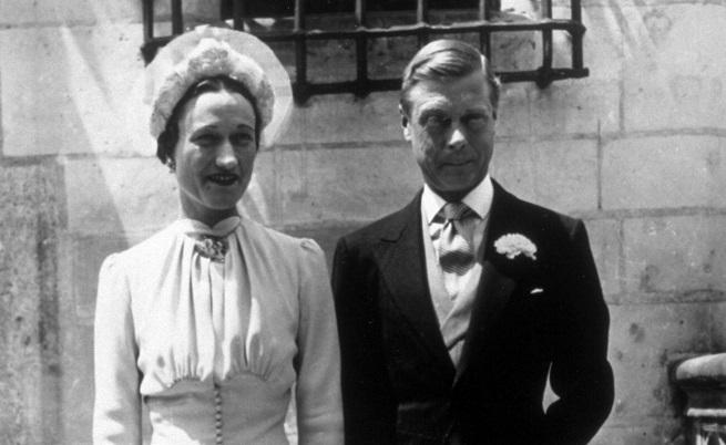 Именно Телма представя Уолис на престолонаследника по време на прием в имениетоБъроу Корт. Така между 1931-1934 г. Уолис и Едуард се срещат няколко пъти по време на вечерни партита.Телма заминава за Ню Йорк, а Уолис се възползва. Мълвата бързо се разпространява, но Едуард отрича пред баща си. Принцът се дистанцира постепенно от Телма.Едуард представя Уолис пред родителите с в Бъкингамския дворец, но кралят бил възмутен.