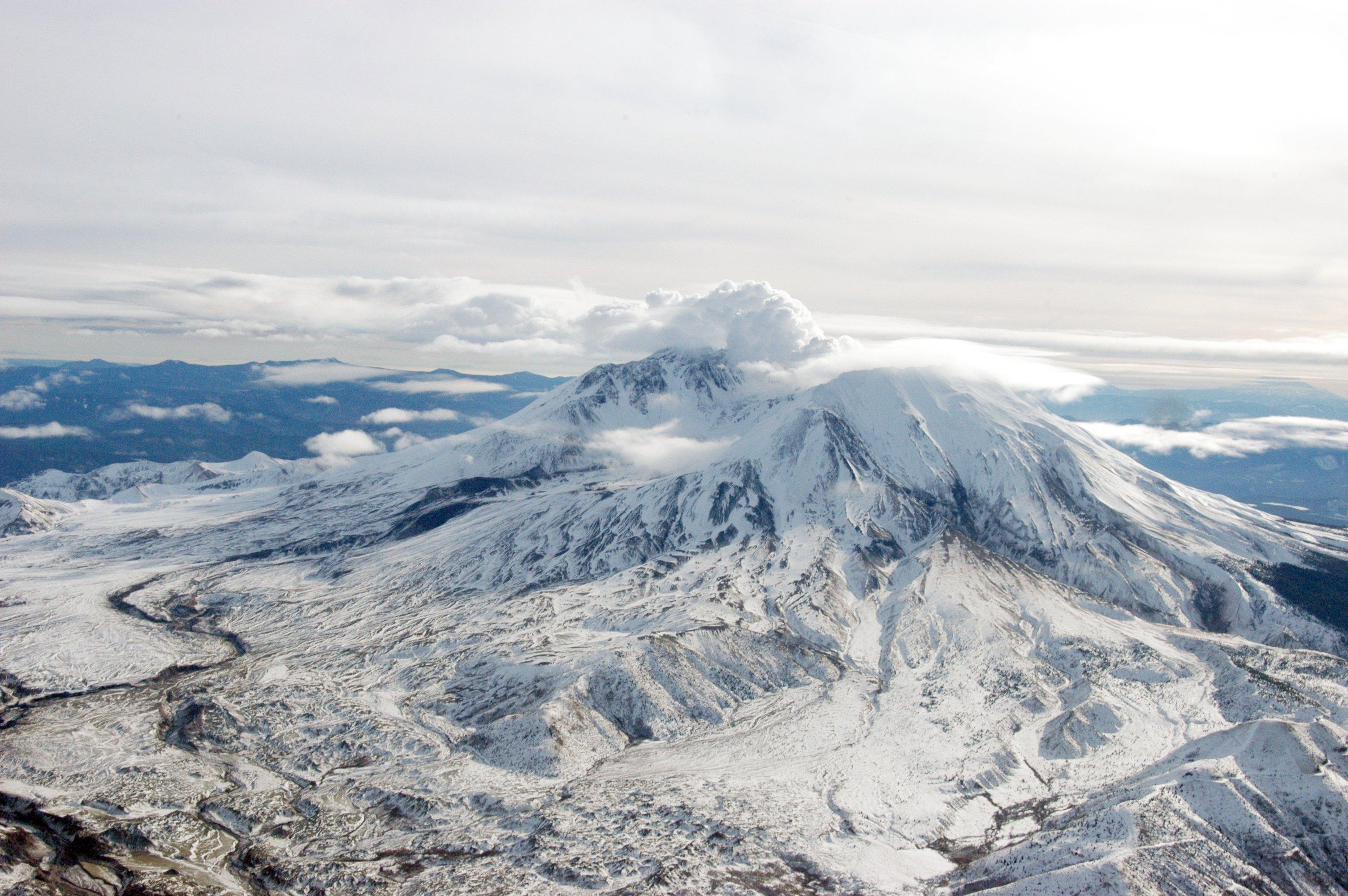 <br /> Сравнително ниският връх Вашингтон в САЩ държи световния рекорд за най-бързи ветрове на повърхността на Земята. Времето там се променя за минути и буквално може да убива. Скоростта на вятъра достига 327 км/ч. Слънчев ден може за съвсем кратко да се превърне в ледена буря, в която температурите са под минус 40 градуса по Целзий и снегът натрупва няколкометрови преспи. А самата планина е висока само 1917 метра, тоест е по-ниска от Витоша. Въпреки това климатът на там е по-екстремен от този на Еверест.