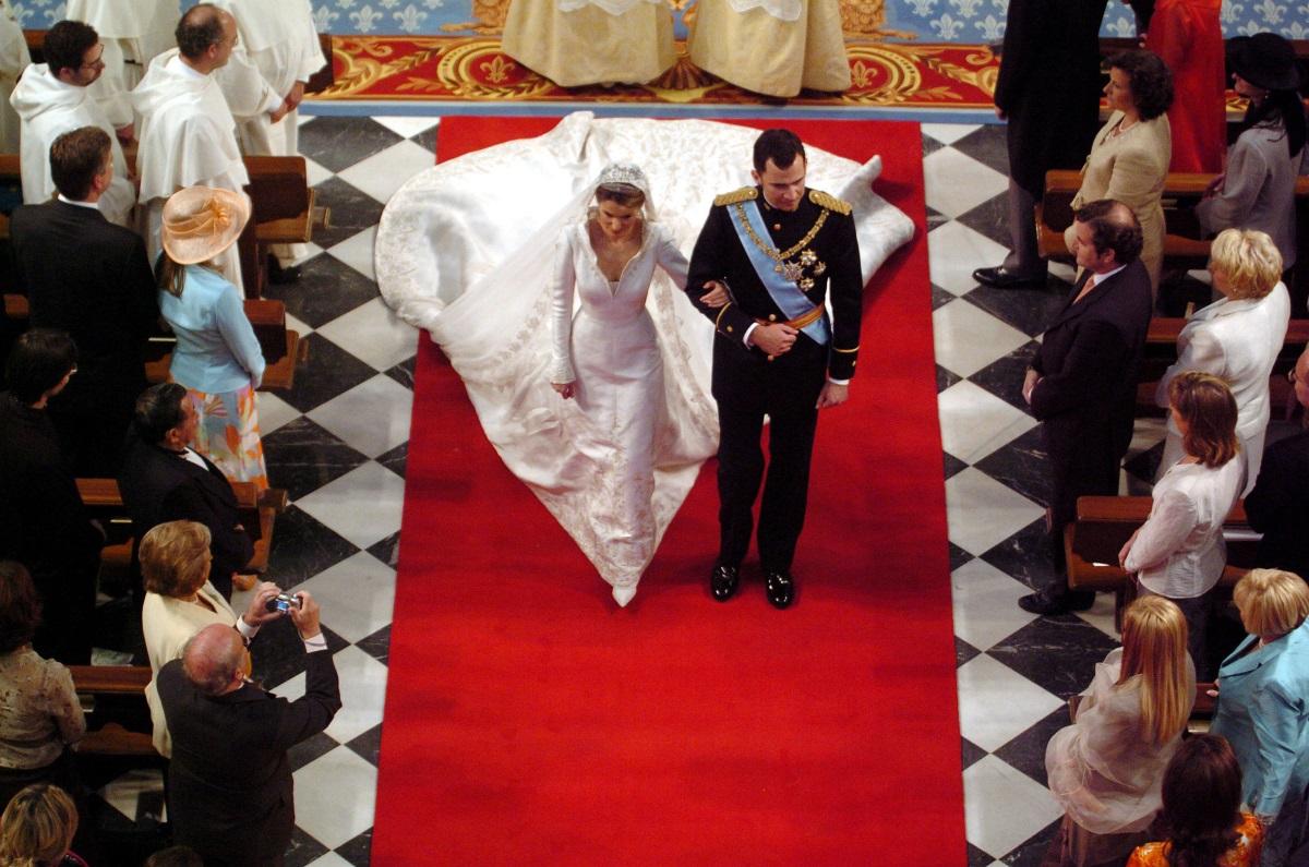 Кралица Летисия и принц Филип от Испания. Роклята на булката струва колосалните 8 млн. долара, пише Harpers Bazaar.Дизайнерът на роклята е Мануел Пертегаз (Manuel Pertegaz).