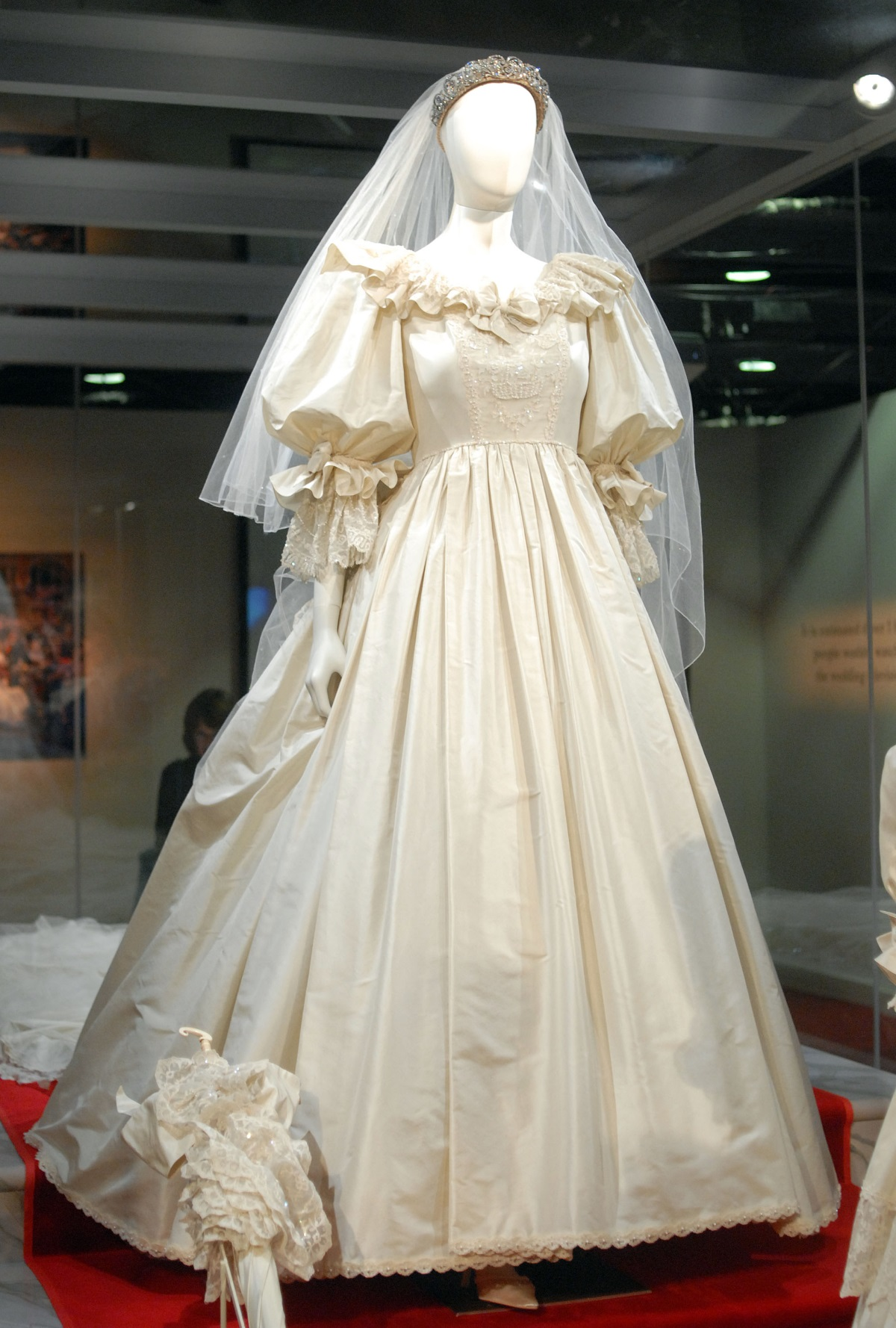 Сватбената рокля на принцеса Даяна струвала 198 хил. долара.