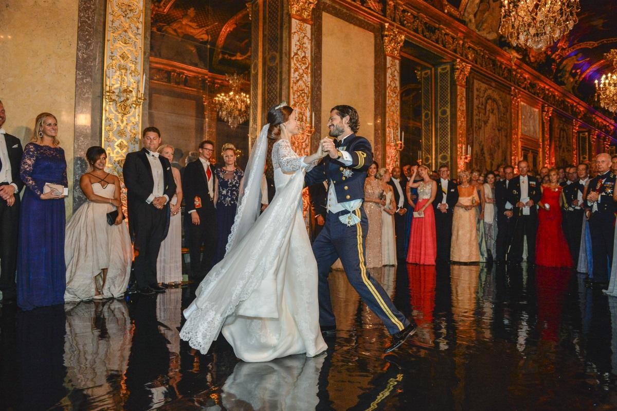 Красивият принц Карл Филип от Швеция се ожени за невероятната принцеса София през 2015 г. Цената на роклята не се разкрива, но се знае, че тя е изработена от копринена органза, креп и ръчно изработена дантела в три нюанса на бялото. Нейният дълъг шлейф е също ръчно изрязан и ръчно зашит.