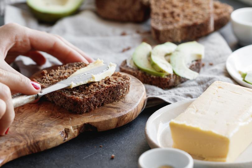 <p><strong>Бял препечен хляб</strong><br /> <br /> Ако искаме да хапваме хляб, то трябва да се разделим с пухкавите бели филии. Пълнозърнестият хляб е с много повече полезни вещества, отколкото белият. Фибрите в него подобряват храносмилането ни, той е богат на витамини от Б групата и покачва бавно кръвната ни захар.</p>