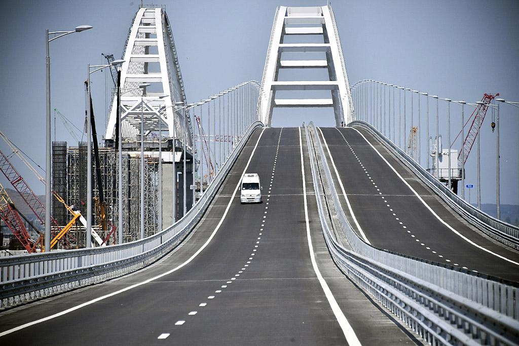 Железопътната част се очаква да започне да работи в началото на 2019 г. Цената на съоръжението е около 3,7 млрд. долара. От днес едното платно на моста е отворено за автомобили.