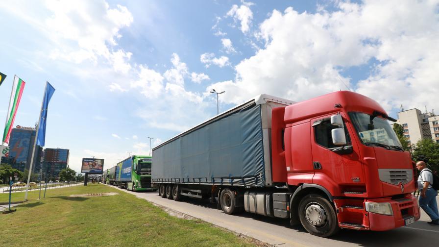 Въвеждат тестове за ковид за шофьорите на камиони в Англия