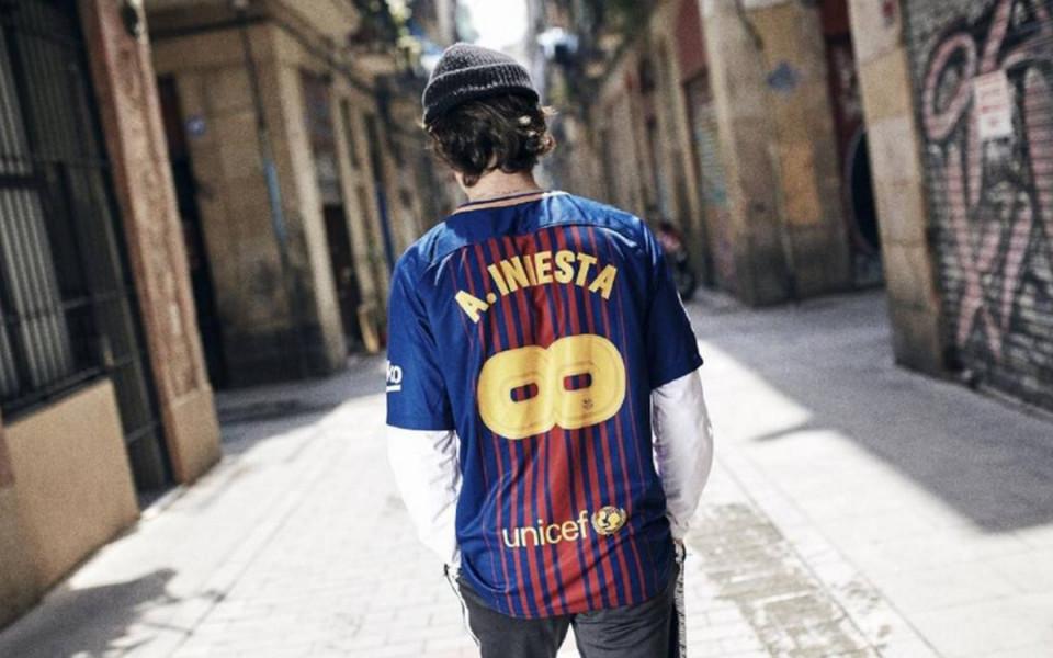 Барселона представи специалната фланелка за изпращането на Иниеста