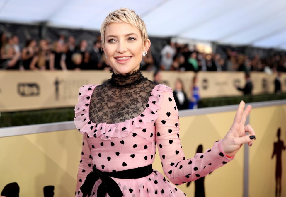 - Кейт Хъдсън отряза косата си заради роля във филм, но дори след това тя запази късата прическа, която ѝ придаде по-млад и свеж вид.