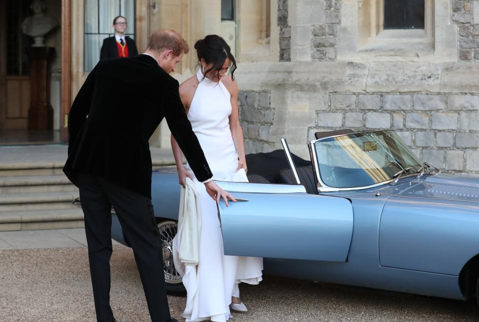 """След като се венчаха в параклиса """"Сейнт Джордж"""" в Уиндзор, херцогът и херцогинята на Съсекс Хари и Меган пристигнаха на своята сватбена вечеря вИмението Фрогмор Хаус в Уиндзор., В имението, което ерезиденция на Кралица Елизабет втора, са присъствали над 200 гости., Меган Маркъл носи за събитието пръстен с аквамарин, който някога е принадлежал на принцеса Даяна."""