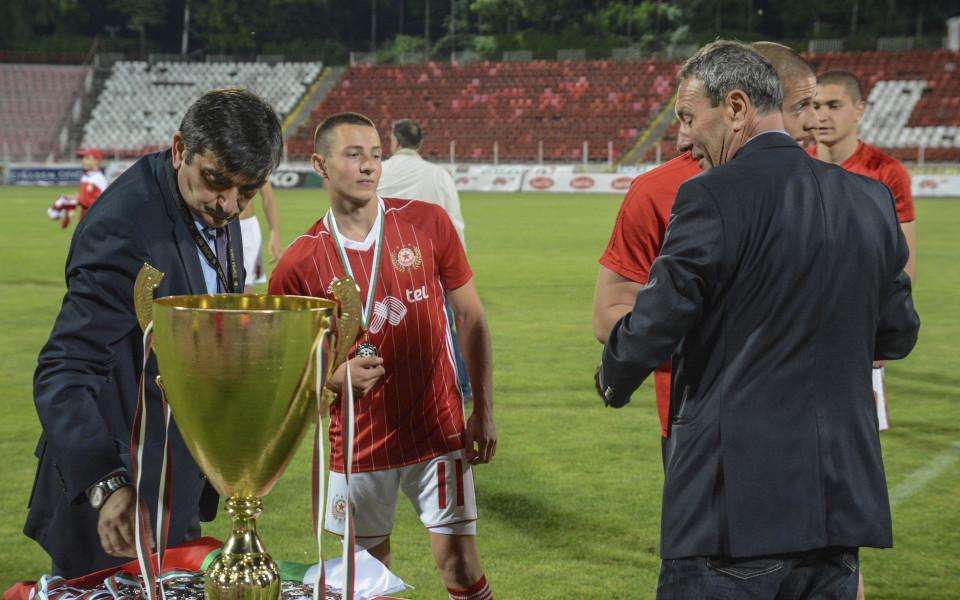 Снимки: Купата за второ място и сребърните медали за ЦСКА