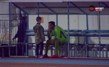Малки дечица утешават Мартин Луков след края на мача