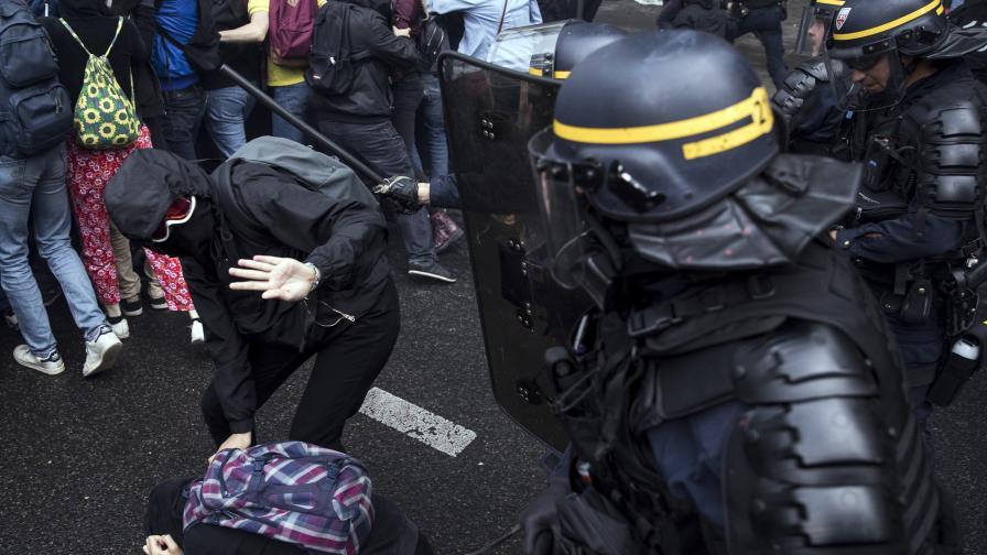 Хиляди на протест в Париж, водни оръжия и гранати срещу тях