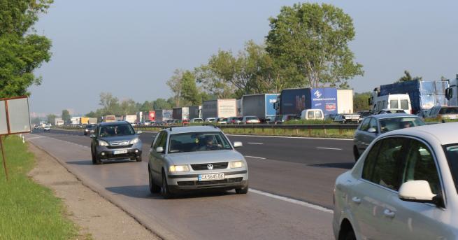ТИР блъсна автобус, движещ се по линията Лозен-София на автомагистрала