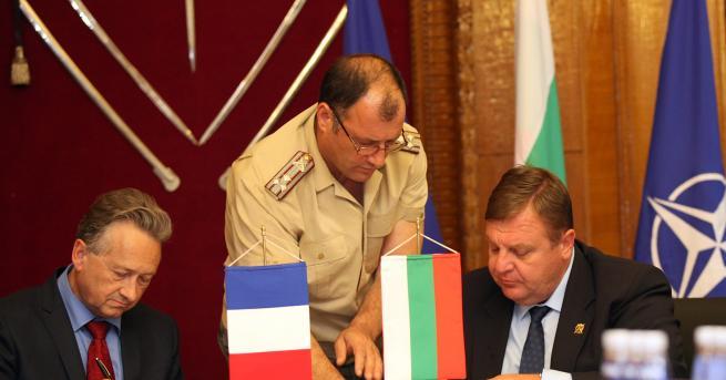 """Министърът на отбраната Красимир Каракачанов и вицепрезидентът на """"Еърбъс Хеликоптерс"""""""