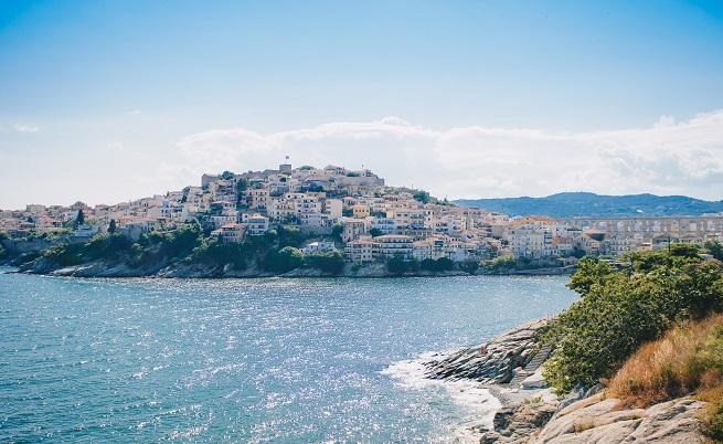 """Повечето къщи в Кавала са бели, но го наричат Синия град. Причаната за това са плажовете на дългата 65 км брегова ивица на града, всички от които имат """"Син флаг""""."""