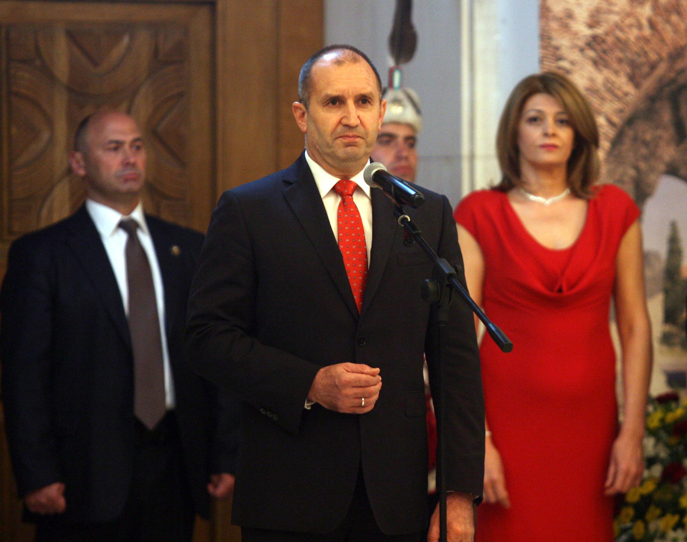 Десислава Радева придружи президента Румен Радев на традиционния прием по повод 24 май. Съпругата на държавния глава бе облечена с дълга, елегантна рокля в червено.