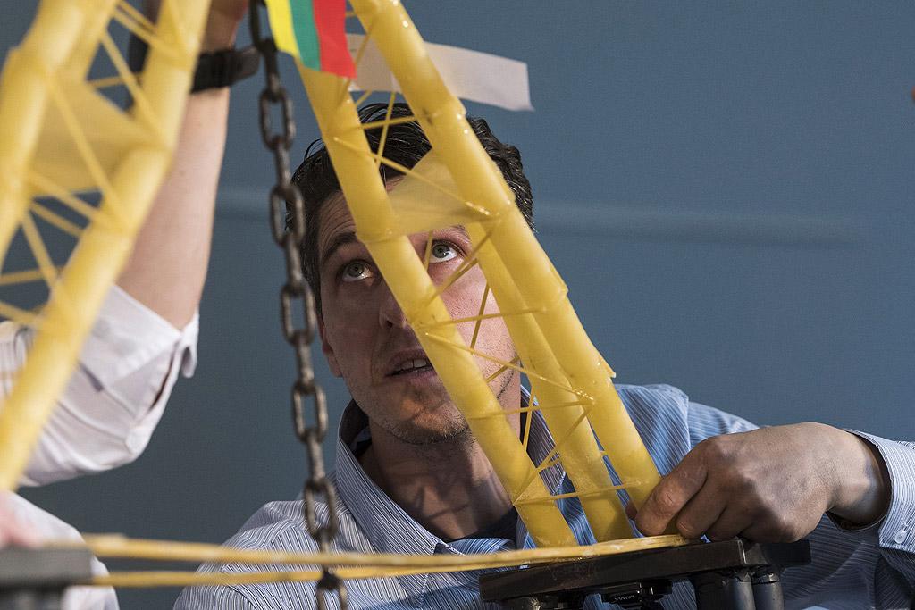 Идеята е от спагети и лепила да се направи мост. На следващия ден той се изпитва колко голям товар може да издържи. Така младите хора прилагат на практика и наученото.