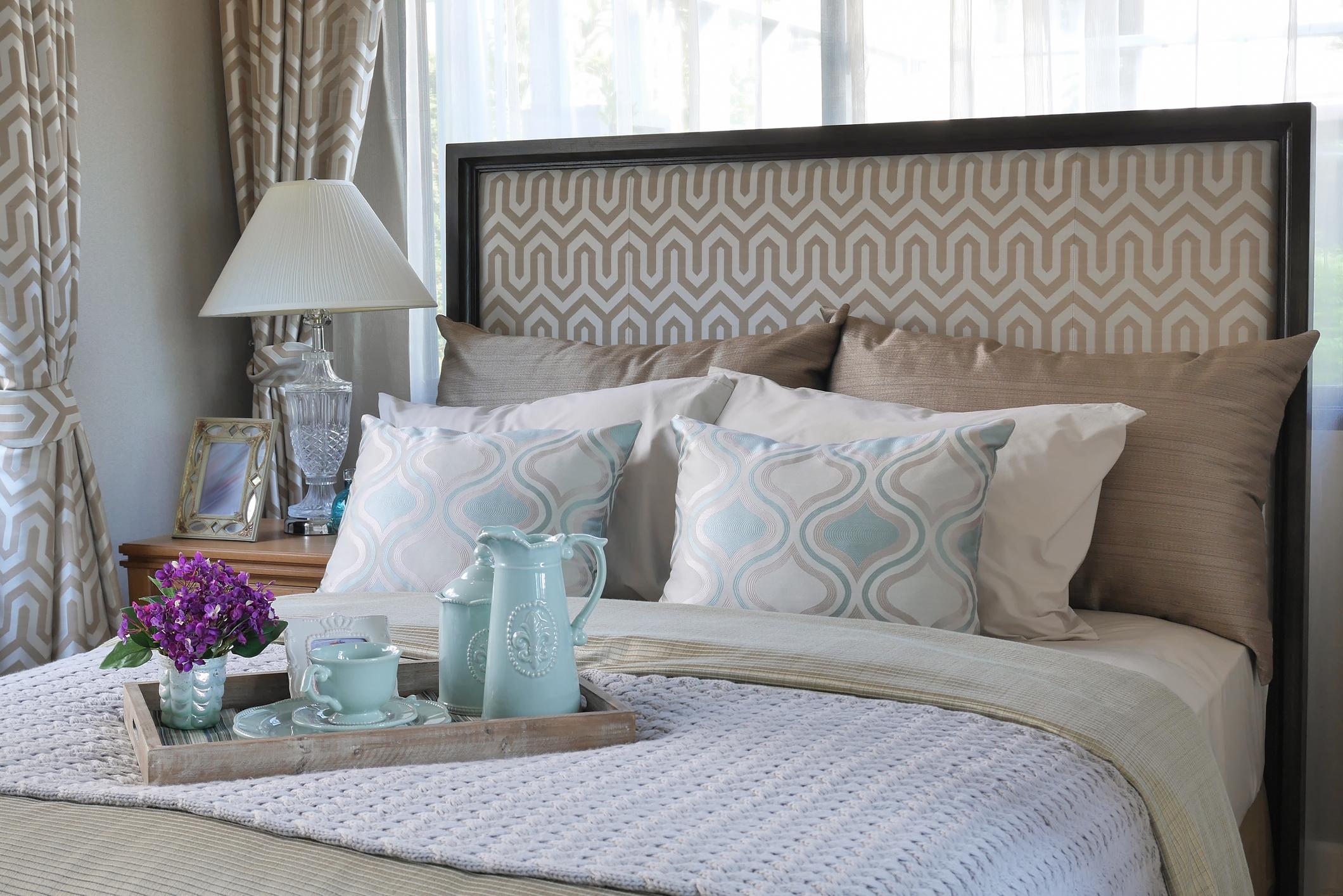 Изберете цвят за спалнята, който ще ви носи спокойствие. Обсъдете възможностите заедно и направете лекото освежаване на стаята двамата. Цветът е от особено значение и не трябва да се подценява.