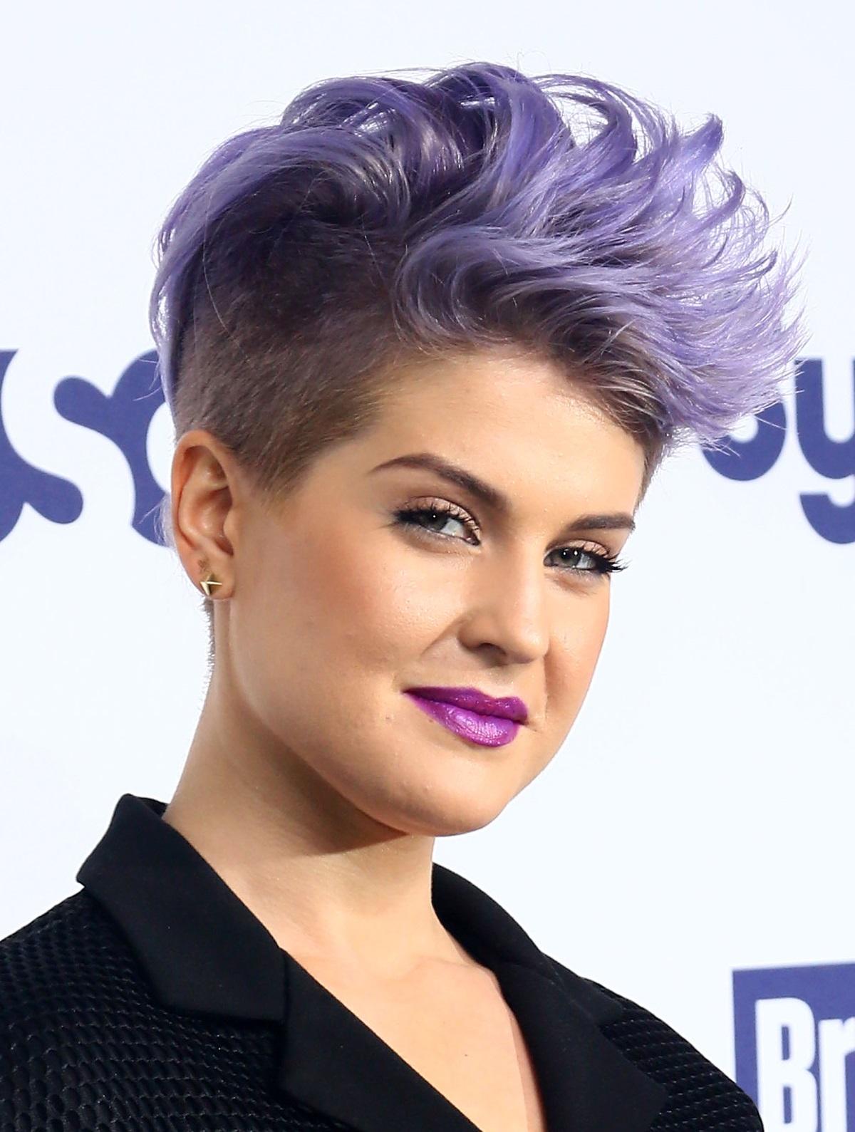 Подобно на Ники Минаж, Кели Озбърн е известна с необикновените си форми на косата и смели цветове.