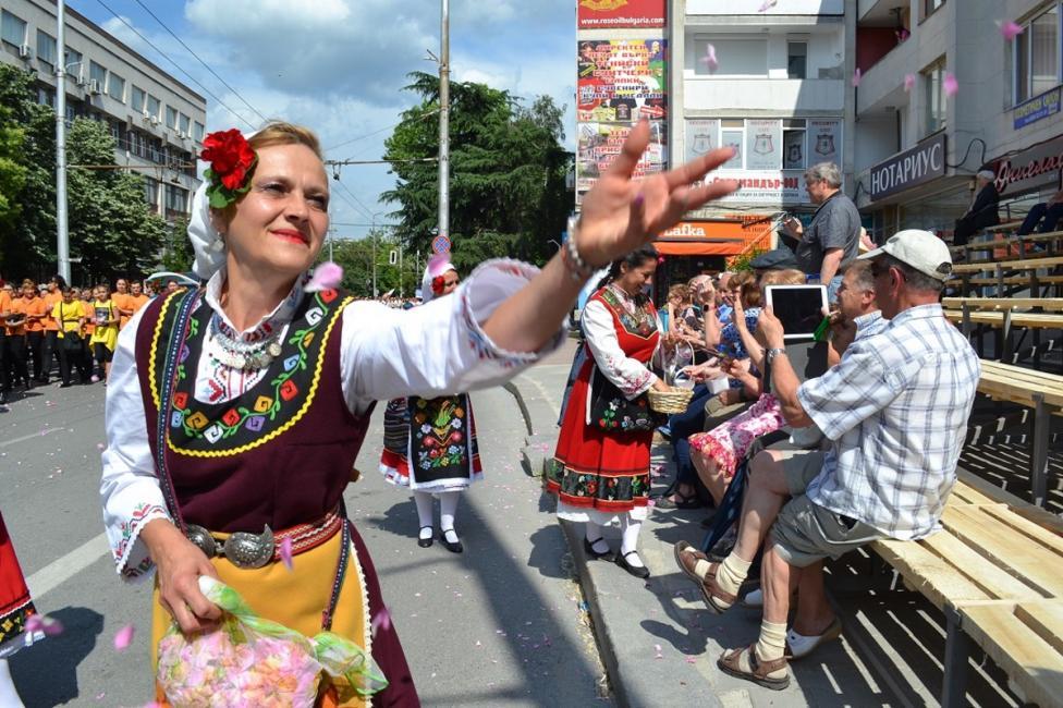 - Хиляда колоритни мъже и жени в носии от цялата страна изпълниха централния булевард на Казанлък за първото шествие на розоберачите във Фестивал на...