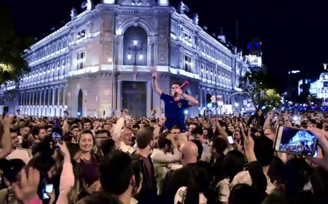 Снимка: Феновете на Реал Мадрид отпразнуваха бурно големия триумф
