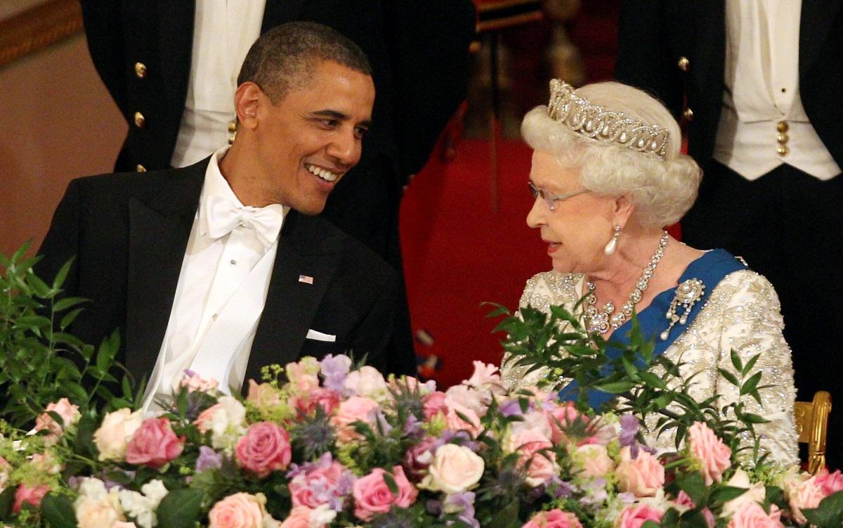 9. Бившият американски президент Барак Обама и кралицата се срещат през 2011 г. в Лондон. Кузиозен момент от вечерта е, че Обама тръгва да вдига тост в чест на кралицата, докато звучи химна на страната, за което на секундата е скастрен от нея.