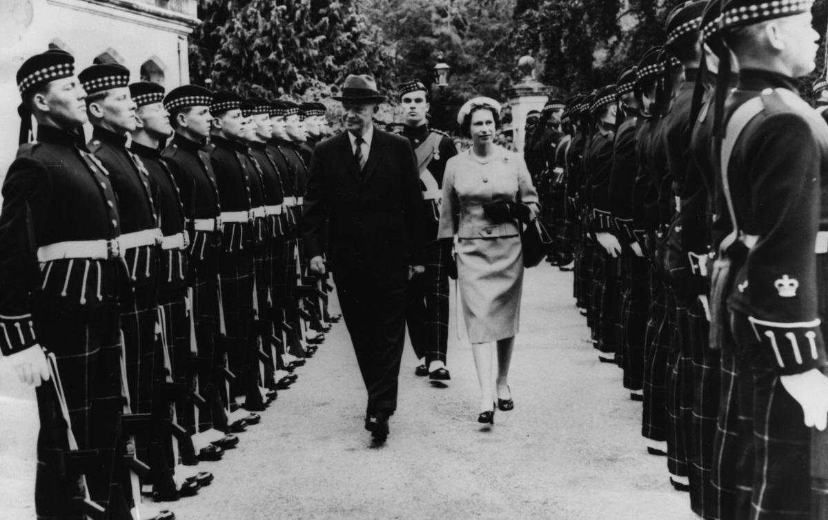 2. Дуайт Айзенхауер е 34-ият президент на Америка (1953–1961г.)и главнокомандващ съюзническите войски по време наВтората световна войнас ранг наармейски генерал. Елизабет II се среща с него в Белия дом, на вечеря, коятоАйзенхауер дава в нейна чест през 1957 г. Тогава кралицата е на 31 г.