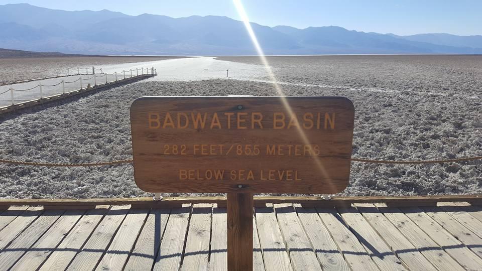 """Средната температура на въздуха в """"Долината на смъртта"""" е 52°С, но щом слънцето изгрее и започне да жари пустинната повърхност, земята се загрява до цели 93°С."""